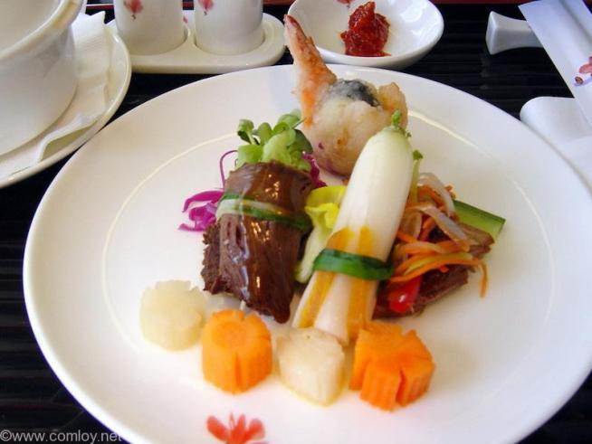 チャイナエアライン CI107 成田 - 台北 ファーストクラス 機内食 前菜 海老のうずら卵巻 牛肉の野菜巻 鴨のXO醤煮込み からすみと姫大根