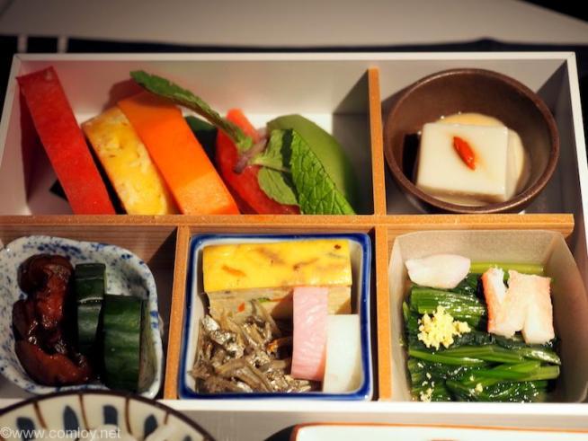 日本航空 JL36 シンガポール - 羽田 ビジネスクラス 機内食 果物盛り合わせ 胡麻豆腐 香の物 蒲鉾 袱紗焼き ほうれん草のお浸し