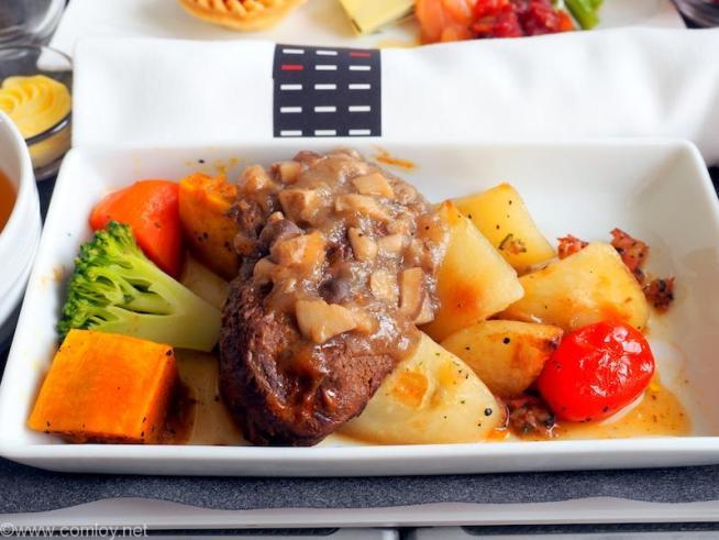 日本航空 JL96 台北(松山) - 羽田 ビジネスクラス 機内食 メインディッシュ ビーフシチュー マッシュルームソース