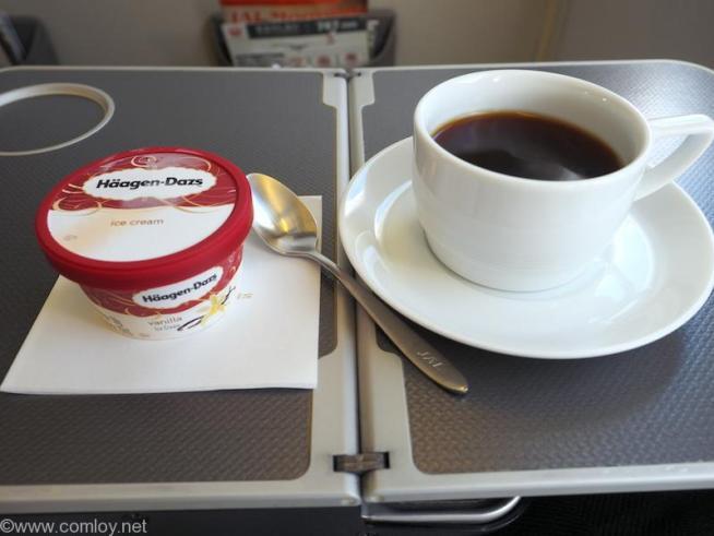 日本航空 JL96 台北(松山) - 羽田 ビジネスクラス 機内食 食後のアイスクリームはハーゲンダッツ。