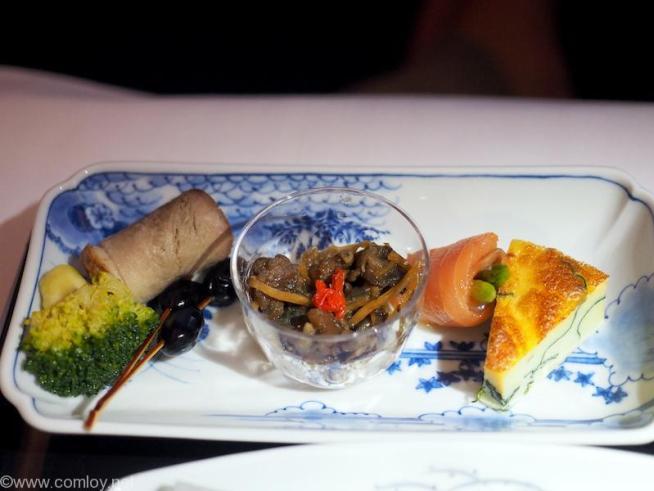 全日空 NH850 バンコク - 羽田 機内食 前菜 牡蠣時雨煮  アスパラガススモークサーモン巻き 合鴨煮 ほうれん草玉子