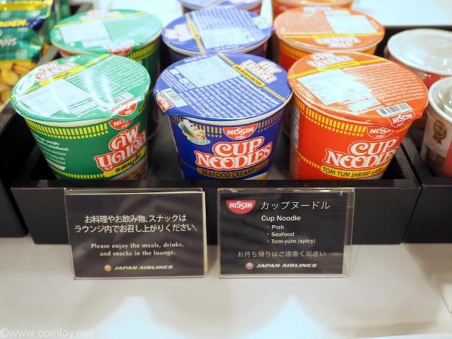 バンコク スワンナプーム空港 日本航空サクララウンジ 即席麺