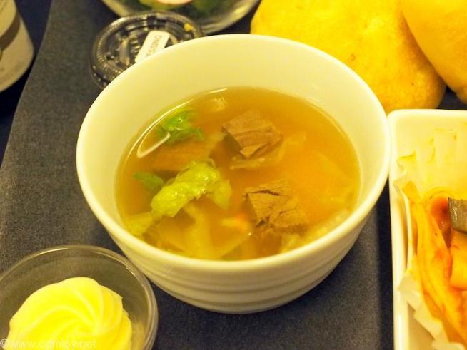 日本航空 JL99 羽田 - 台北(松山)ビジネスクラス機内食 和牛と白菜のコンソメスープ