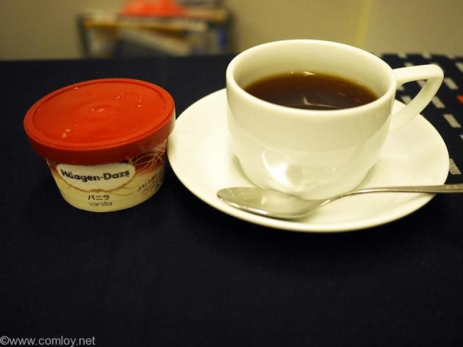 日本航空 JL99 羽田 - 台北(松山)ビジネスクラス機内食 ハーゲンダッツアイスとコーヒー