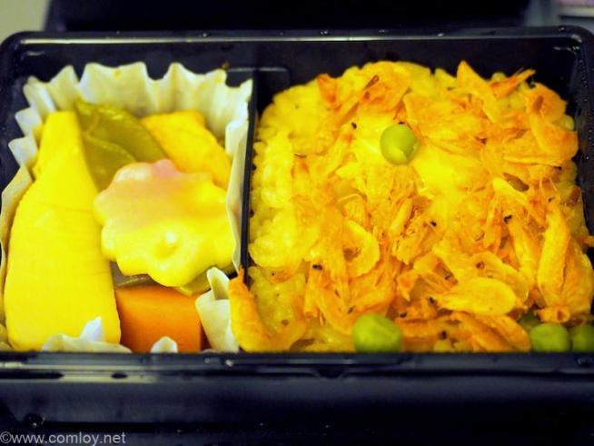 全日空 ANA428 福岡 - 伊丹 プレミアムクラス機内食 炊き合わせ (厚揚げ、竹の子、椎茸、蒟蒻、人参、桜麩、絹さや) 湯葉と桜海老のご飯