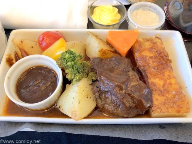 日本航空 JL814 台北(桃園) - 関西 ビジネスクラス機内食 メインディッシュ 牛フィレステーキ マディラソース