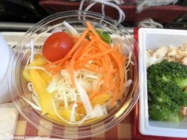 日本航空 JL29 羽田 - 香港 エコノミークラス 機内食 サラダ