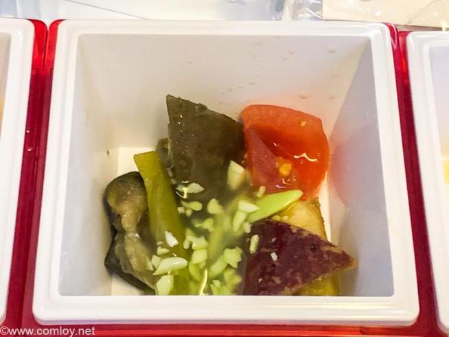 日本航空 JL006 羽田 - ニューヨーク プレミアムエコノミークラス機内食 夏野菜揚げ浸し 翡翠餡