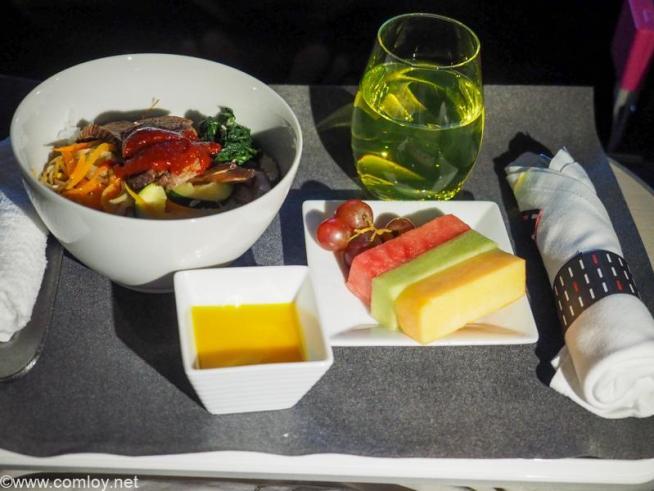 日本航空JL005 ニューヨーク - 羽田 ビジネスクラス機内食 洋食 メインディッシュ ビーフステーキ ビビンバ風 ギリシャヨーグルト マンゴーソース フレッシュフルーツ