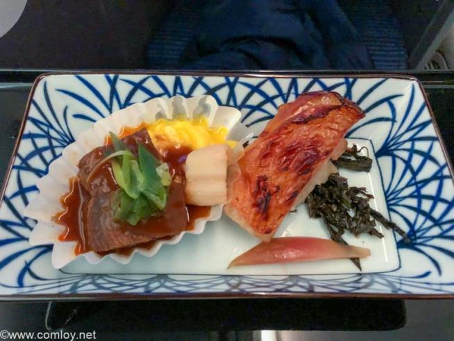 全日空 NH807 成田 - バンコク ビジネスクラス機内食 主菜 キンキ味噌幽庵焼き 牛タンデミグラス煮込みのふんわり玉子のせ