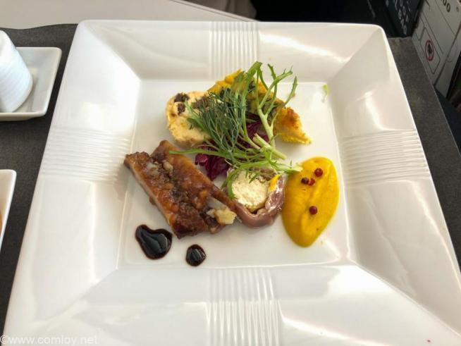 日本航空 JL32 バンコク - 羽田 ビジネスクラス 機内食 前菜 鶏もも肉のロースト パンチェッタとほうれん草のフリッタータ クリームチーズのテリーヌ ズッキーニロール
