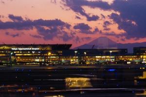 夕暮れの羽田空港第三ターミナルと富士山