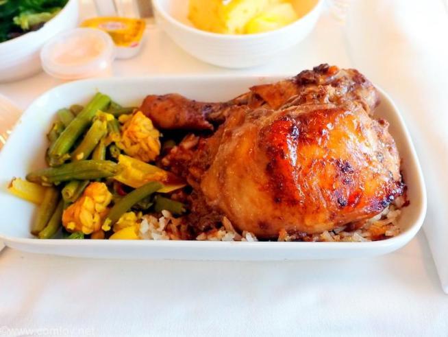 マレーシア航空 MH780 クアラルンプール - バンコクビジネスクラス機内食 Ayam Panggang Madu A popular dish from Malaysia of grilled chicken marinated in honey served with nasi ulam and stir-fried vegitables piced with turmeric