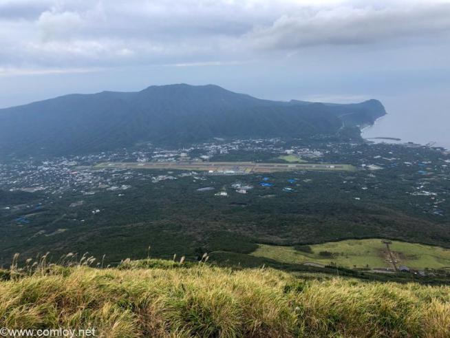 八丈富士山頂からみる八丈島空港