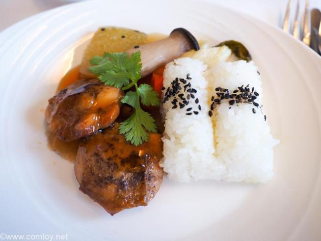 マレーシア航空 MH89 成田 - クアラルンプール ビジネスクラス 機内食 Sansho Pepper Grilled Chicken(Chef on Call) With steamed rice and Japanese-style vegetables.