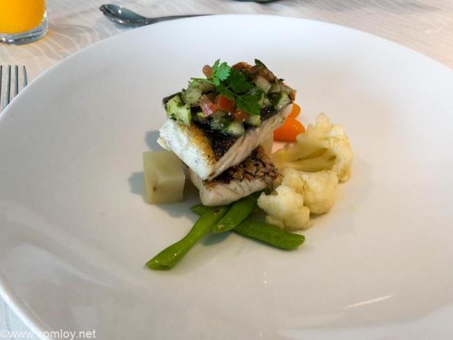 マレーシア航空 ゴールデンラウンジ サテライト FirstClass LOUNGE DINING MAIN COURSE GRILLED SEA BASS With sauce vierge, steamed potatoes and garden vegetables