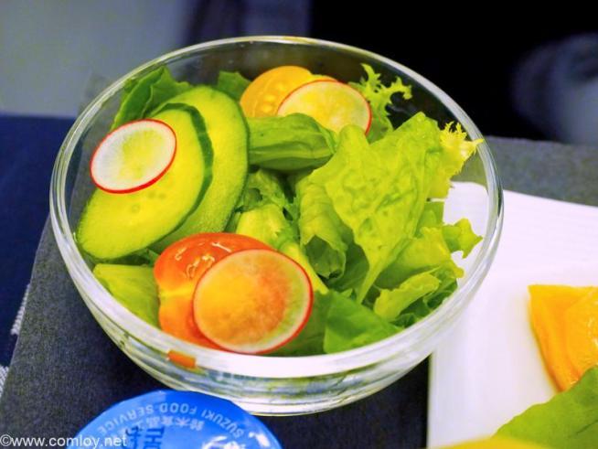 日本航空 JL99 羽田 - 台北(松山) 機内食 ミニトマトとラディッシュのサラダ サウザンアイランドドレッシング