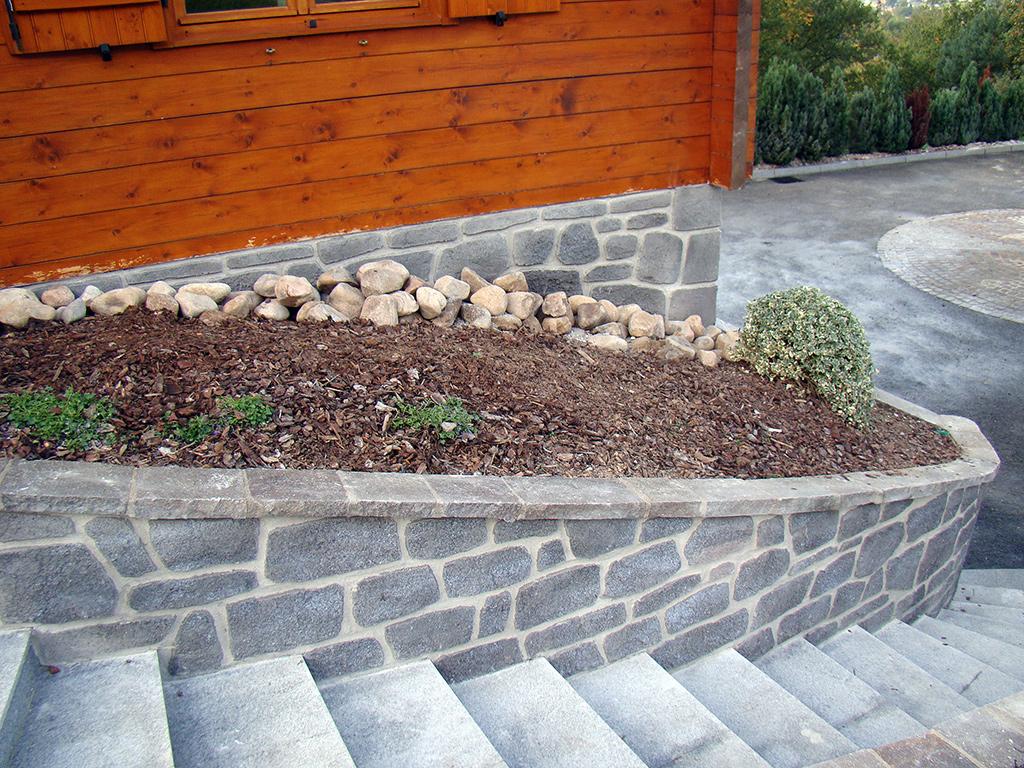 descente d'escalier de chalet avec pierre de parement granit