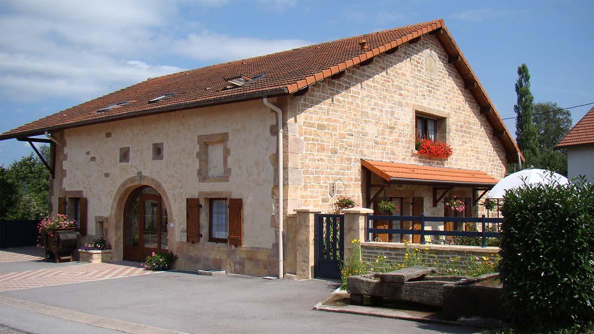 image ravalement de façade avec imitation pierre avec enduit semi gratté 88000 Vosges
