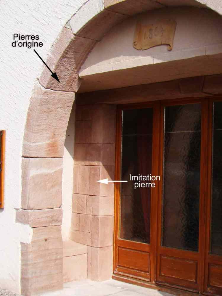 enduit sculpté imitation pierre sur mur de maison
