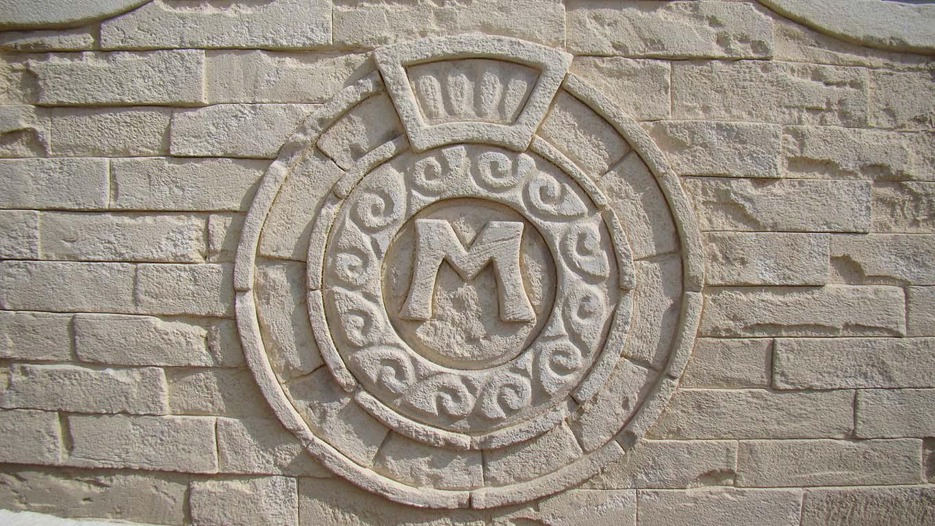 réalisation d'un logo d'enseigne taillé dans la pierre par julien hevessy