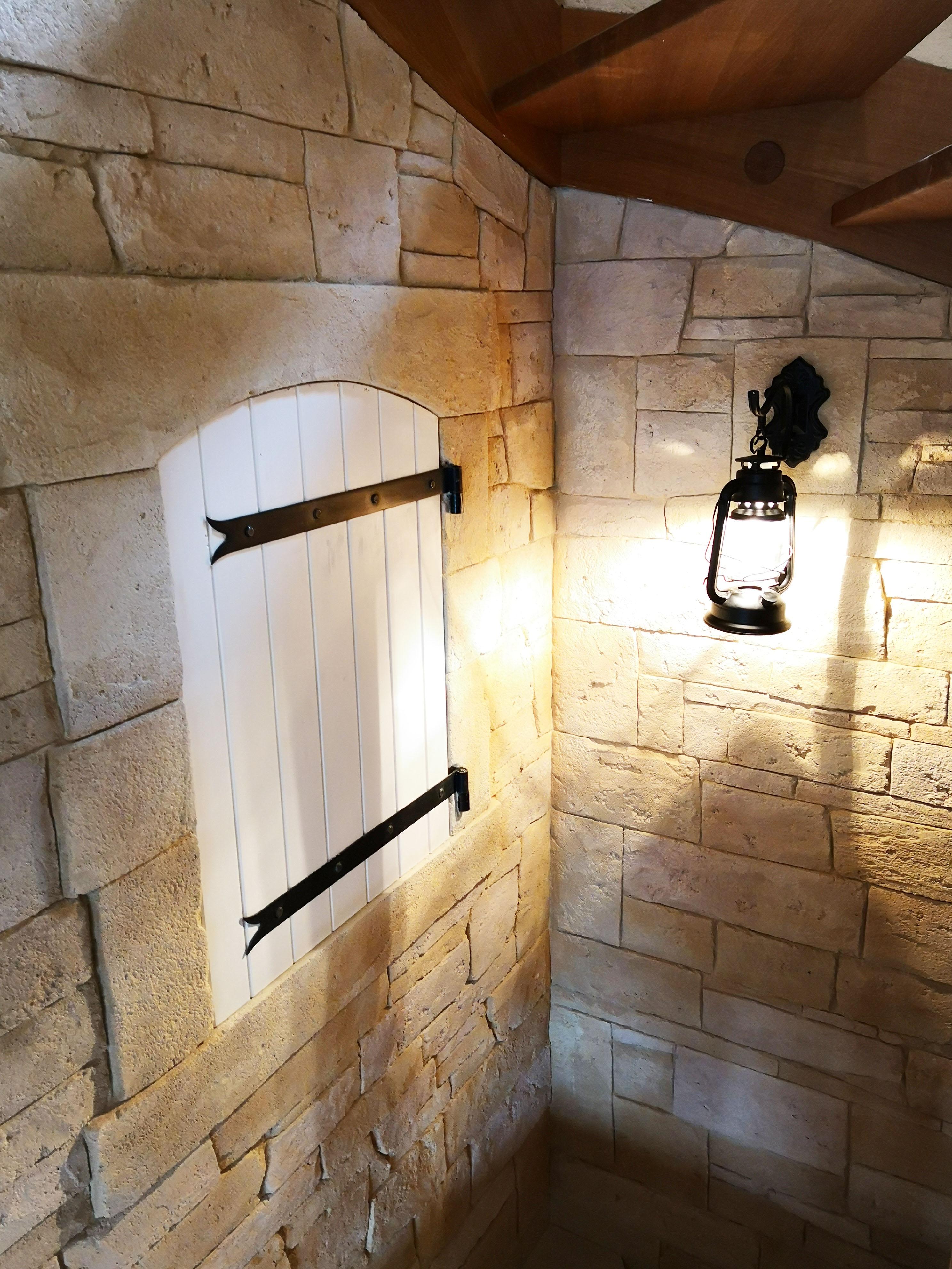 fausse fenêtre avec entourage pierre dans cage d'escalier