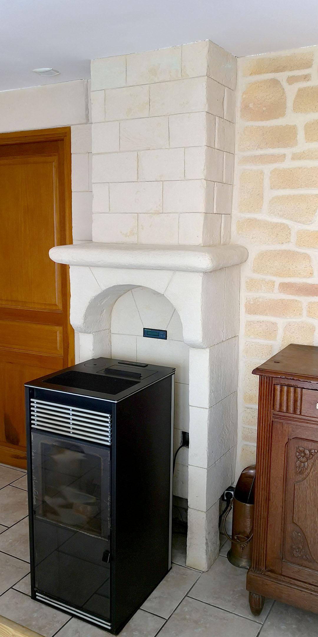 creation-cheminé-en-pierre-blanche-pour-poele-à-granulé