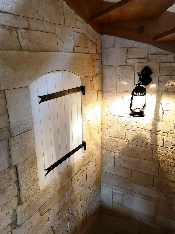 imitation-pierre-avec-fausse-fenètre-dans-cage-descalier