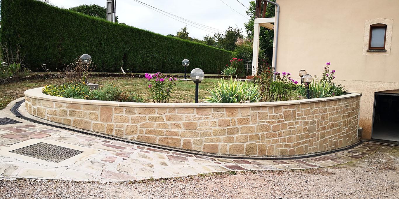 imitation pierre de grès sur muret courbé de jardin