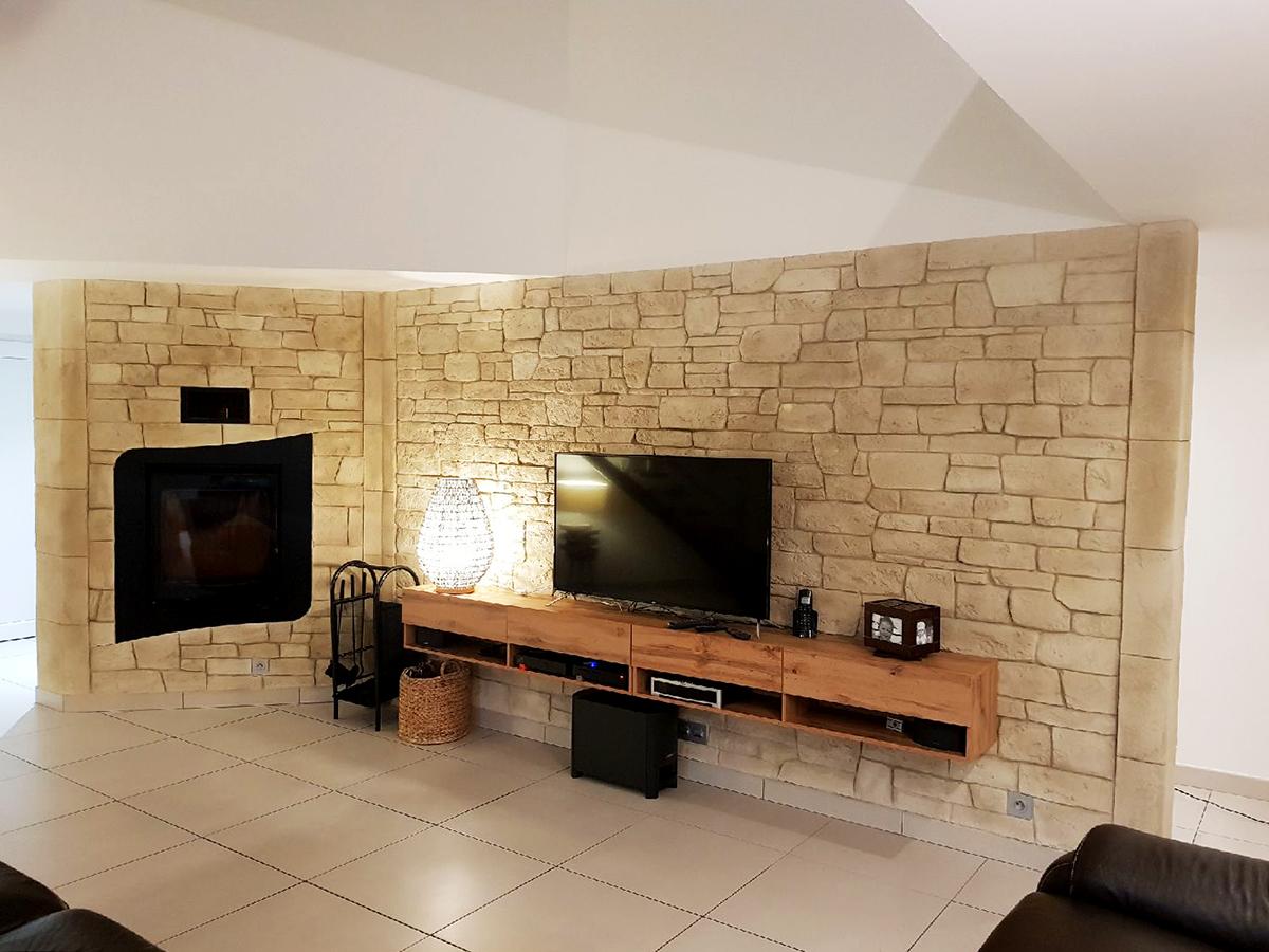 décoration intérieur avec pierre de parement pierre sèche sur mur salon tv