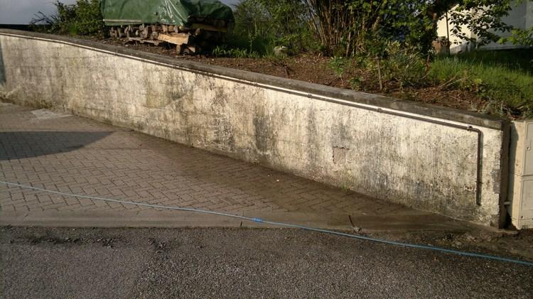 muret de jardin avec problème d'humidité enduit qui se décolle
