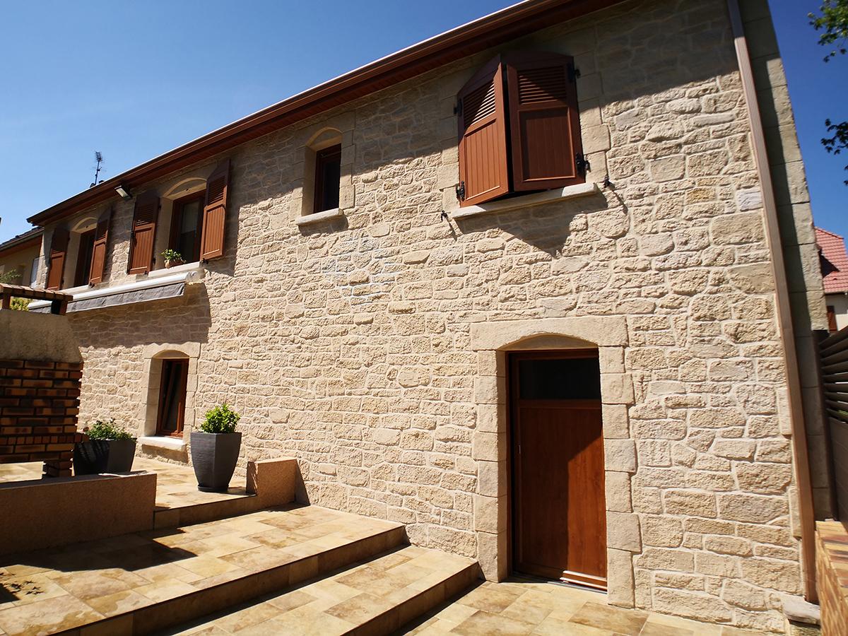 pierre de parement jointée sur façade de maison parpaing avec parement pierre de taille