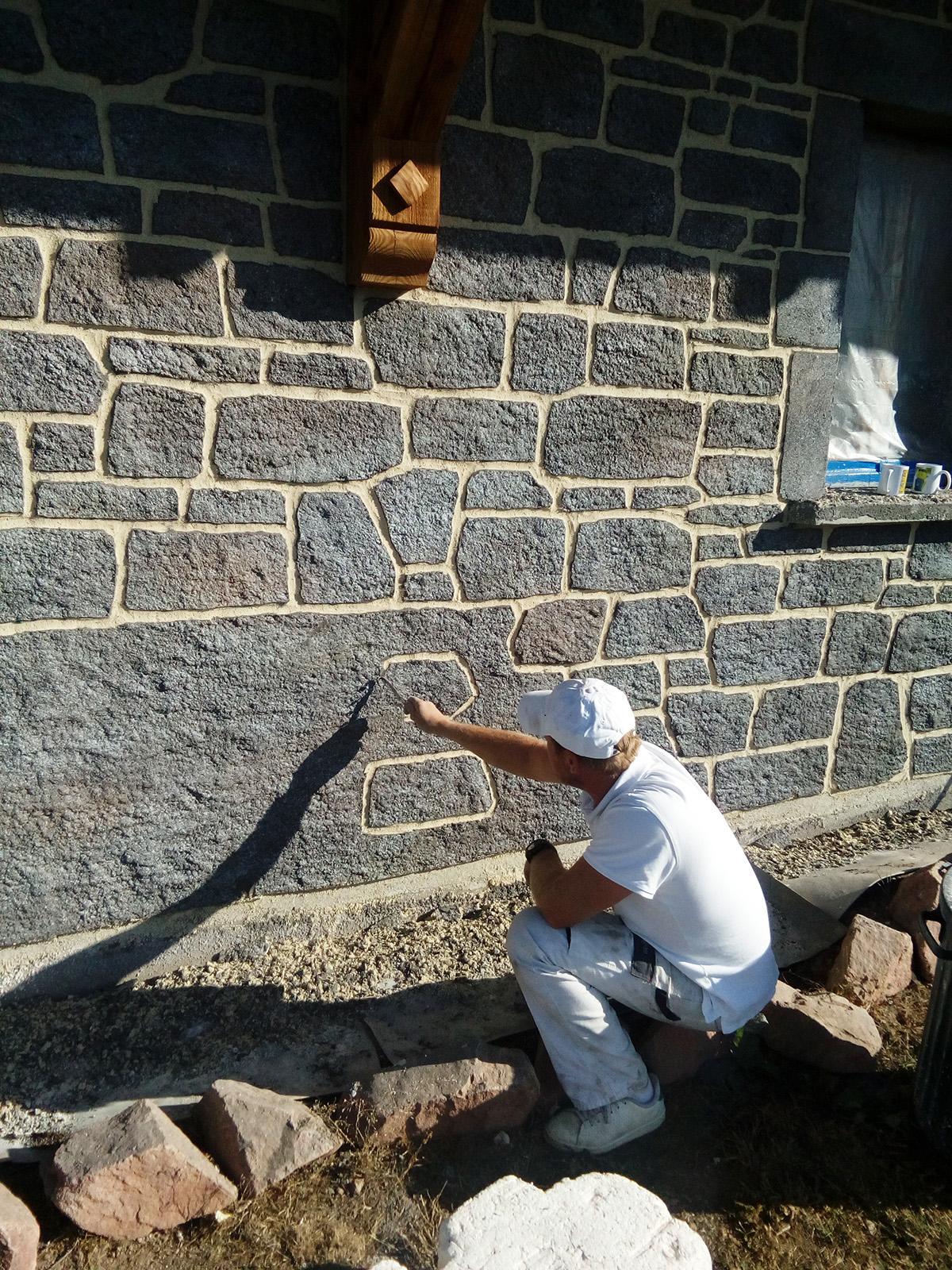 pose de pierre de parement imitation pierre de granit sur mur parpaing