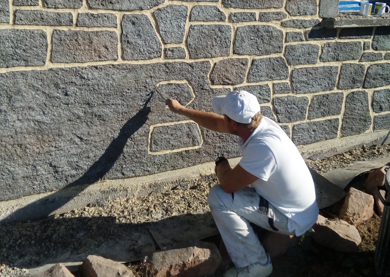 artisan qui imite la pierre de granit