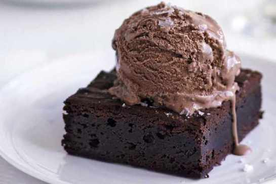 BROWNIE DE CHOCOLATE CON HELADO DE CHOCOLATE