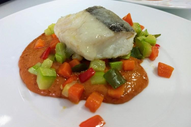Bacalao confitado con verduritas y salsa romesco 1