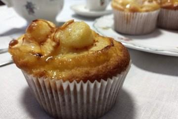 Magdalenas con cobertura de manzana y caramelo