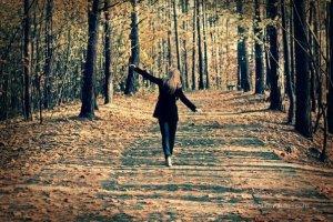vie continue foret femme marche