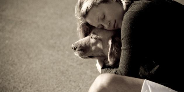 Une maitresse caline son chien