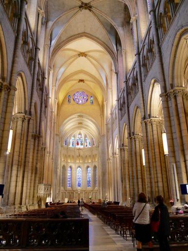 Allée de la cathédrale Saint Jean