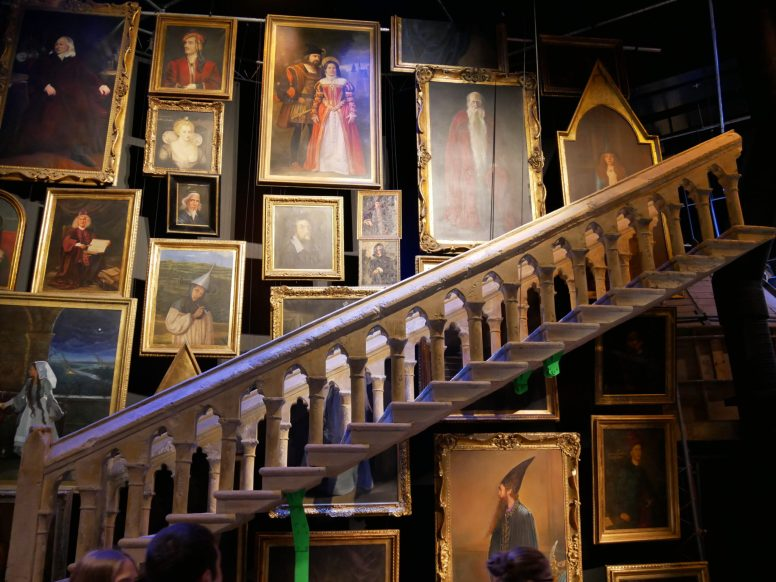 Les tableaux et l'escalier qui bouge du hall d'entrée