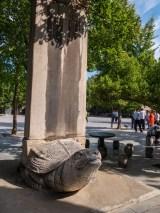 Une tortue portant une stèle