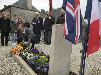 Cérémonie du 8 mai - Dépôt de gerbe sur la tombe du soldat A. PAPWORTH