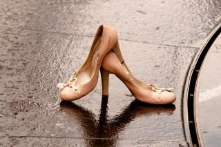 結婚式が雨の場合の靴や服装はどうする?持っておくと便利な撥水加工アイテム