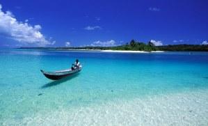 Piroguier à la traversée  dans la passe entre la pointe sud de Sainte-Marie et l'île aux Nattes. (Nosy Boraha, ile Sainte-Marie, côte est de Madagascar, Océan Indien).