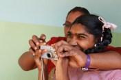 Profesora y alumna en una práctica de fotografía.