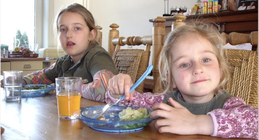 Foto Loïs en Isabel aan tafel in 2007
