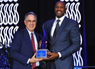 Alonzo Mourning receives Sapphire Award from Florida Blue Foundation