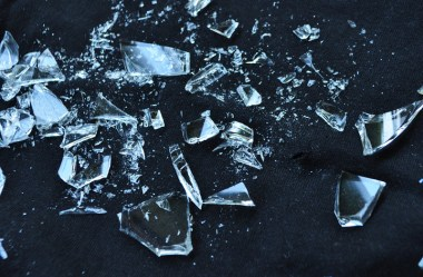 Como descartar vidro quebrado com segurança