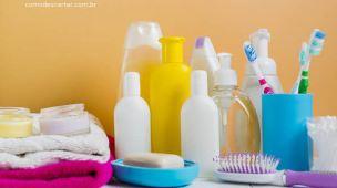 Produtos de banheiro sabonete hidratante escova de cabelo shampoo toalhas